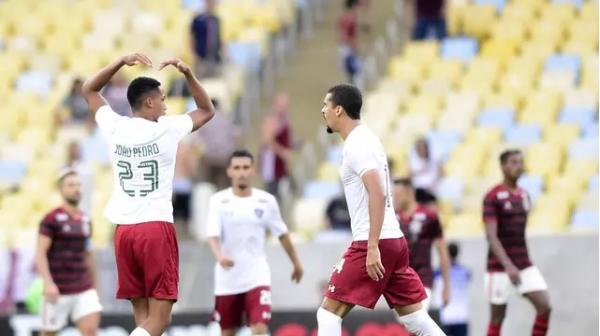 Flamengo abre 3 a 0 , vê reação do Fluminense, mas vence o clássico