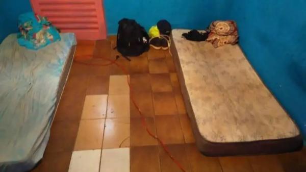 Alojamentos tinham instalação elétrica irregular e cozinha a gás improvisada (Foto: SRT-SP/Divulgação)