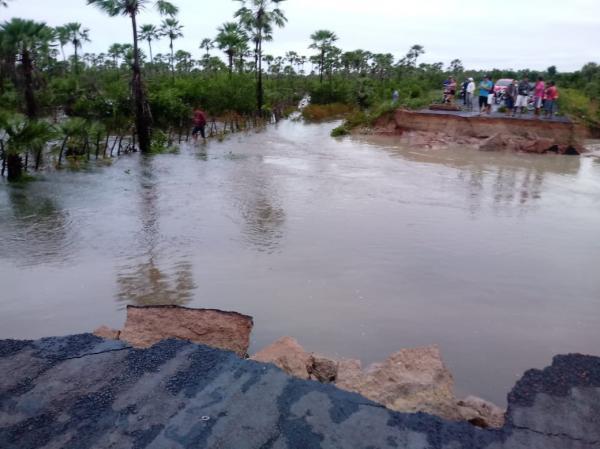 Águas destruíram parte da estrada impedindo o trânsito de pessoas (Reprodução)