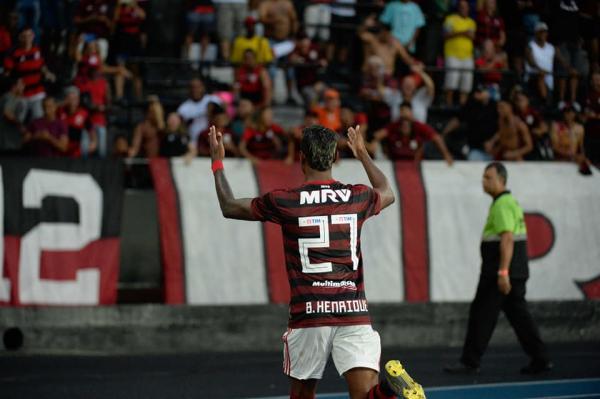 Flamengo bate o Vasco por 2 a 0 e se aproxima do título carioca