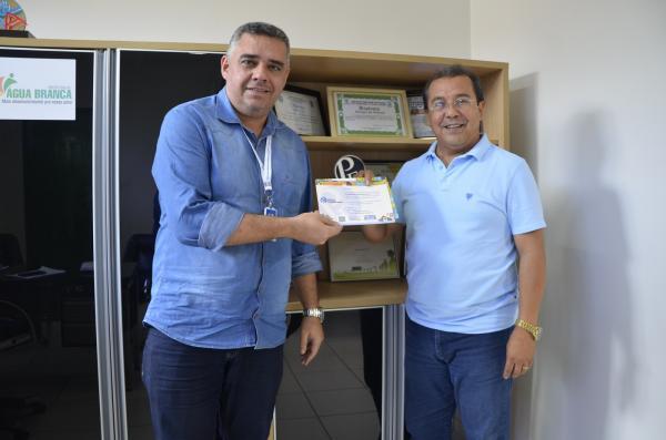 Jonas Moura recebe convite das mães do Helder Cronemberger, analista do SEBRAE de Floriano
