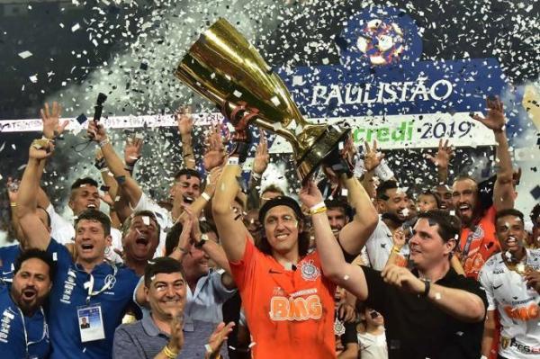 Corinthians vence São Paulo no fim e é tricampeão
