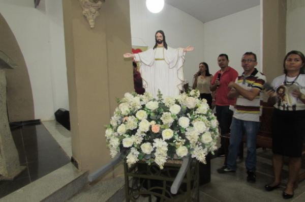 Fieis participam da missa de Páscoa na paróquia de São Francisco de Assis
