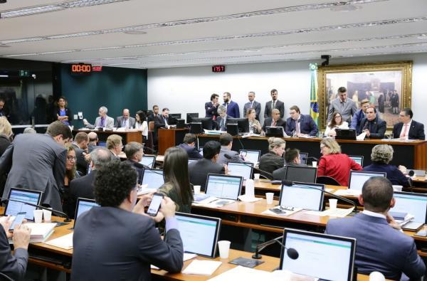 Por 48 votos a 18, CCJ aprova relatório da reforma da previdência e texto segue para comissão especial