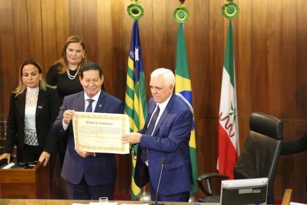 Vice-presidente Hamilton Mourão se emociona ao receber título de cidadania piauiense