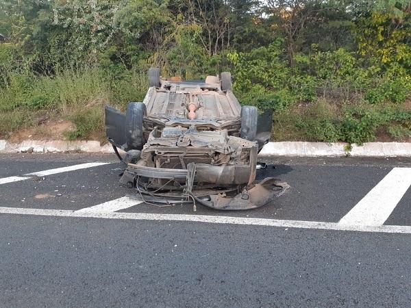 Motorista capota veículo ao tentar desviar de outro carro na BR-343, na entrada de Francisco Ayres