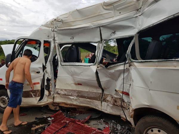 Colisão entre carreta e van deixa 8 mortos próximo a Caxias-MA