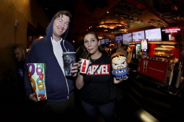 Fãs dos Vingadores compram pipoca e bebidas no TCL Chinese Theatre, em Hollywood, enquanto assistem à exibição de abertura de