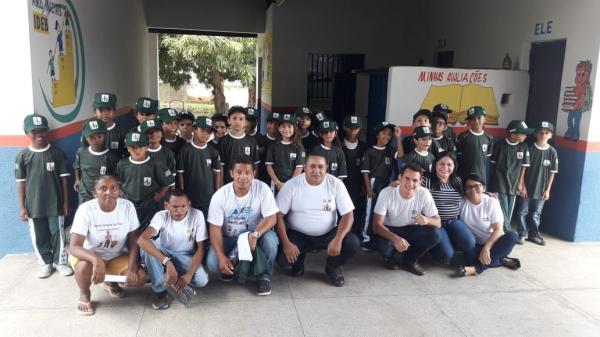 Participantes do Programa Mirim Cidadão de Angical do Piauí recebem fardamento (Imagem: Divulgação)
