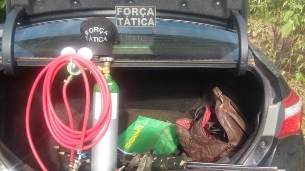 Materiais usados para arrombar caixas eletrônicos e cofres estavam em carro — Foto: Divulgação/SSP-PI
