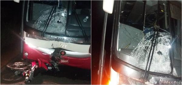 A motocicleta colidiu de frente com o ônibus de passageiros (Imagem: Divulgação PM)