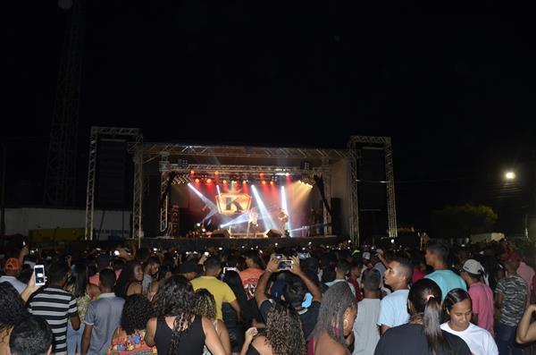 Show com Kabral e Canários do Reino reúne multidão e marca encerramento do festejo de Agricolândia; imagens