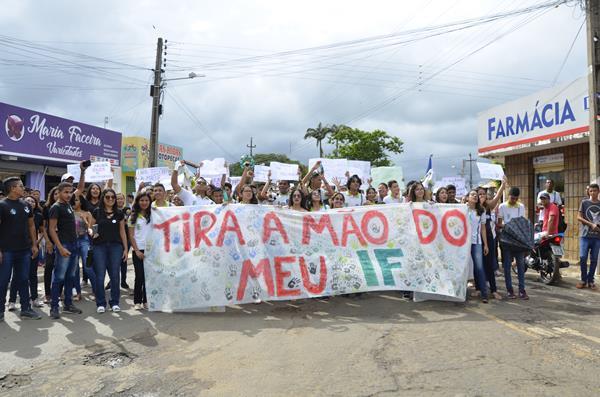 Manifestação contra o bloqueio do orçamento da Educação (Imagem: Valdomiro Gomes/CANAL 121)