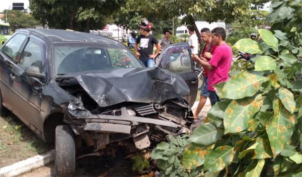 Motorista perde controle do carro, bate em dois veículos, derruba árvore e acaba preso em Teresina