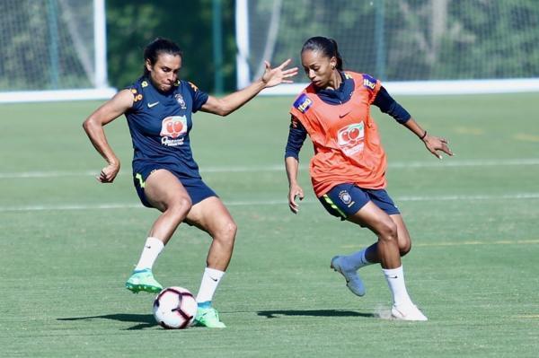 Adriana ao lado de Marta (Imagem: Divulgação CBF)