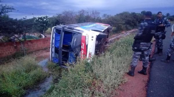 Motorista perde controle e ônibus com 15 passageiros tomba no Piauí