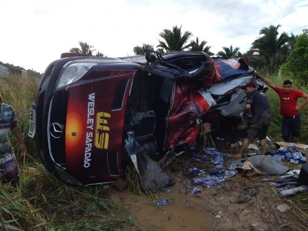 Acidente com van do cantor Wesley Safadão deixa uma pessoa ferida na BR 316