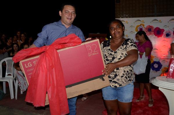 Prefeito Hélio Rodrigues faz entrega de prêmio na festa de homenagem às Mães (Imagem: Valdomiro Gomes/CANAL 121)