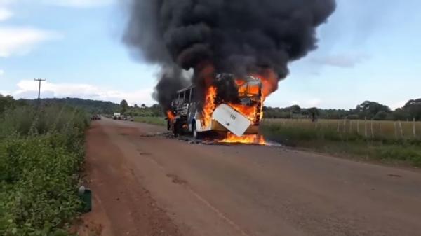 Ônibus pega fogo e fica completamente destruído em rodovia do Piauí