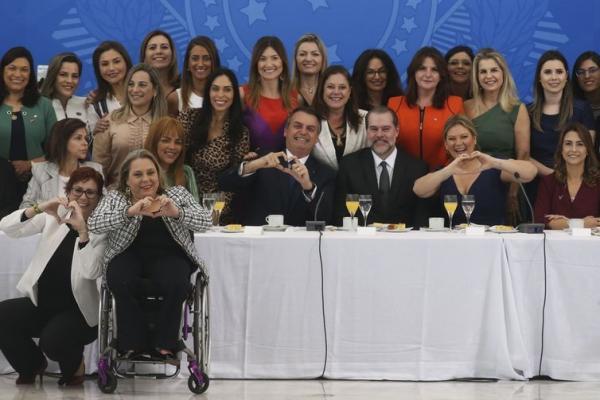 O presidente Bolsonaro durante café da manhã com o presidente do Supremo Tribunal Federal, Dias Tofolli, senadoras e deputadas federais (Imagem: Antonio Cruz/Agência Brasil)