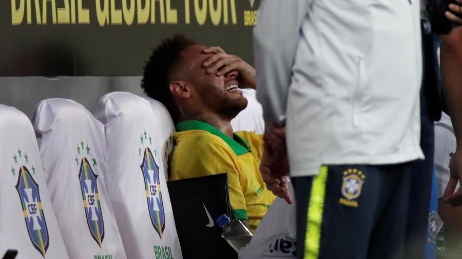 Neymar chora no banco de reservas após deixar amistoso contra o Qatar lesionado (Imagem: Divulgação)