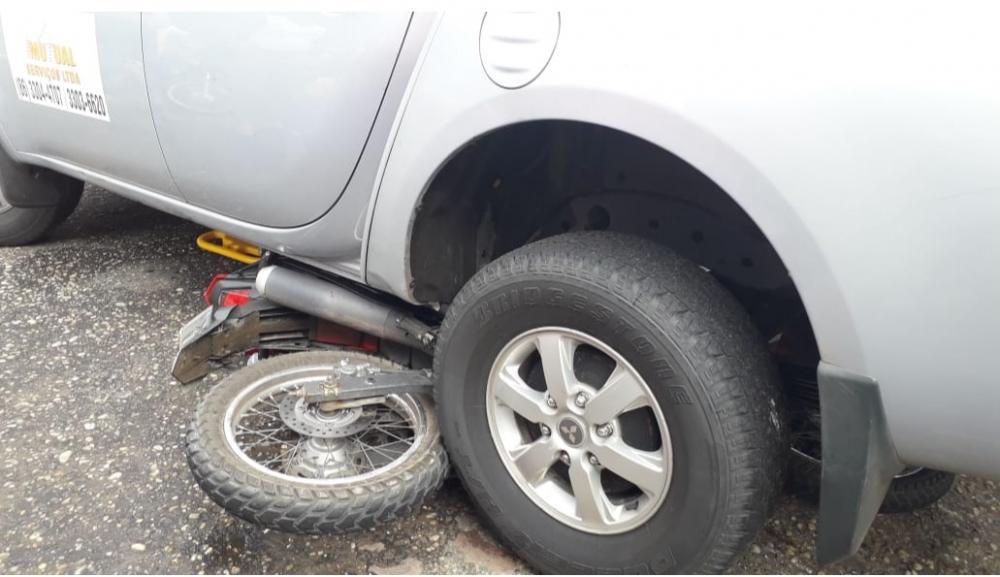 A motocicleta ficou embaixo da caminhonete (Imagem: Divulgação PM)