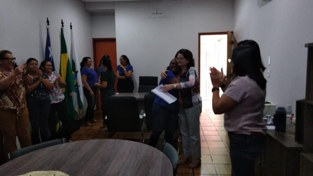 Os funcionários, servidores e todos os presentes foram surpreendidos com um lindo bolo e uma surpresa feita pela Prefeita Ceiça Dias