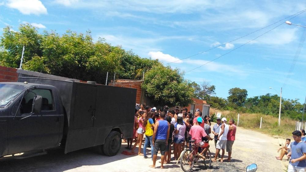Corpo do jovem achado no conjunto Teresina Sul foi levado pelo IML. — Foto: Andrê Nascimento/G1