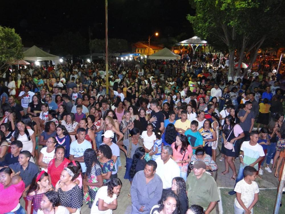Show gospel reúne multidão em comemoração ao dia do evangélico em São Pedro do Piauí; imagens
