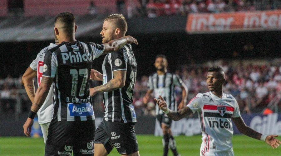 Santos ficou na liderança do Brasileiro, mas viu vantagem para o Palmeiras diminuir (Imagem: Divulgação-Lucas Sabino/AGIF)