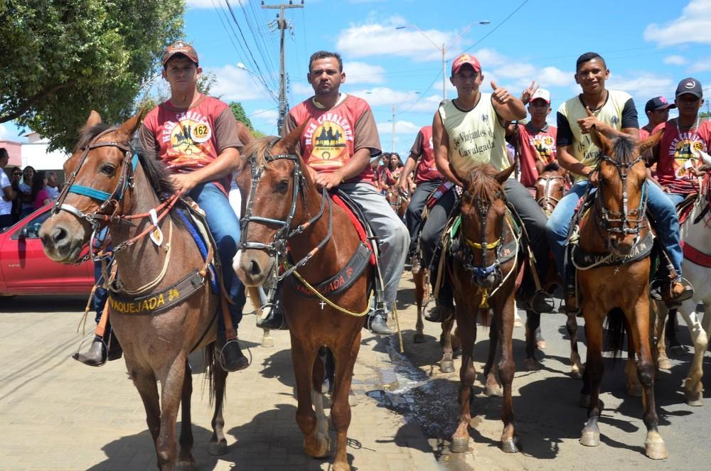 Mega Cavalgada de Água Branca reúne centenas de vaqueiros e grande multidão; veja imagens