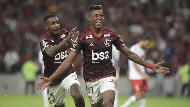 Com Gersón atrás, Bruno Henrique corre para comemorar o gol contra o Internacional (Foto: André Durão)