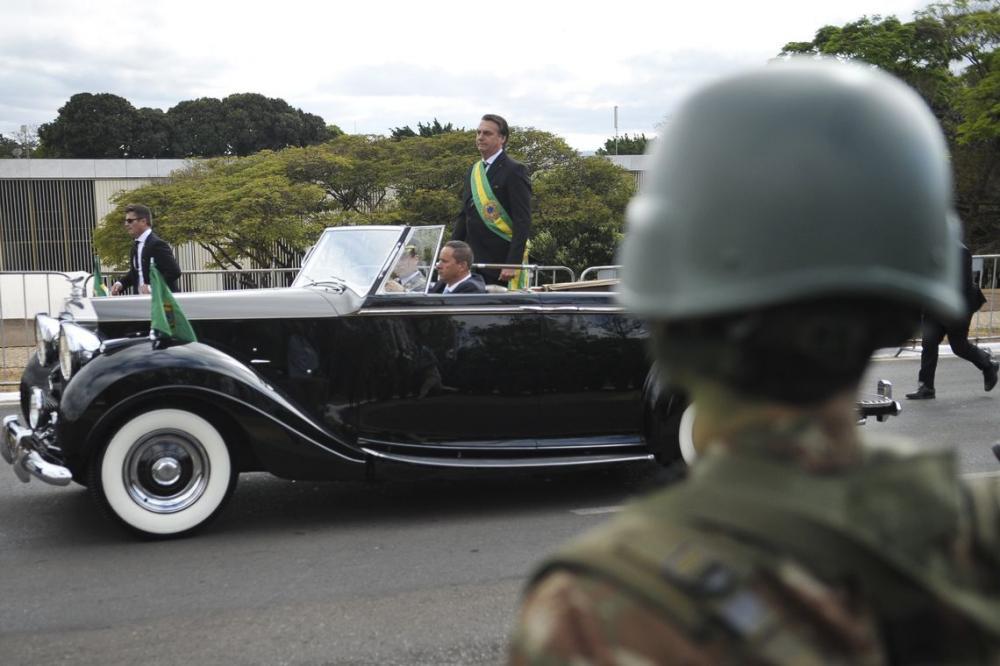 Presidente Jair Bolsonaro acompanha desfile cívico militar em Brasília