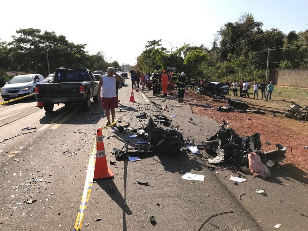 O carro conduzido pela vítima ficou totalmente destruído (Imagem: Divulgação)