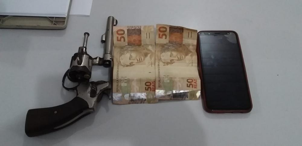 Arma do crime e objetos levados no assalto (Imagem: Divulgação PM)