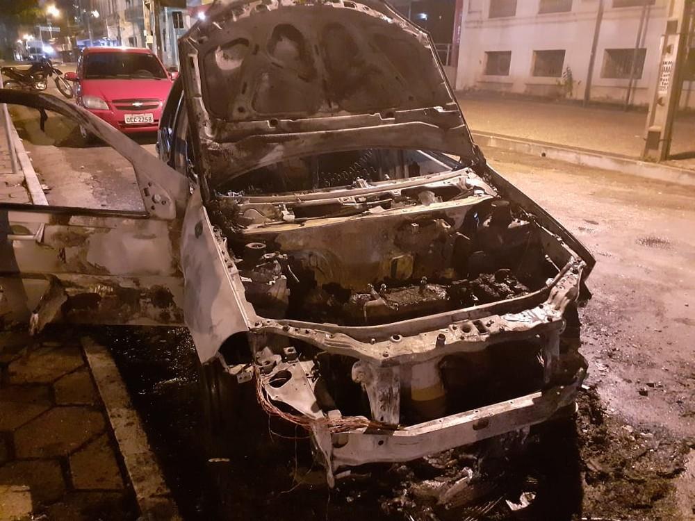 Carro teve perda total após incêndio no Centro de Teresina — Foto: Reprodução/Redes Sociais