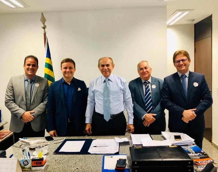 Em Brasília, Prefeito Junior Bill consegue tratores, ônibus escolar, praça e recurso de custeio para o município