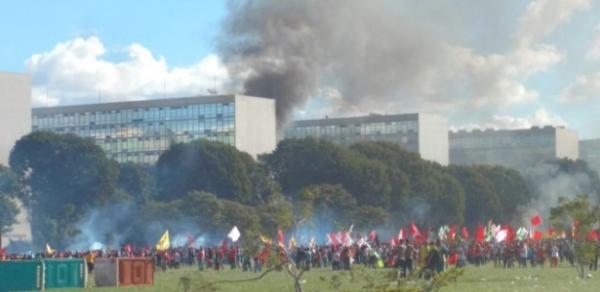 Ministérios são incendiados e depredados em Brasília (Imagem: Reprodução)