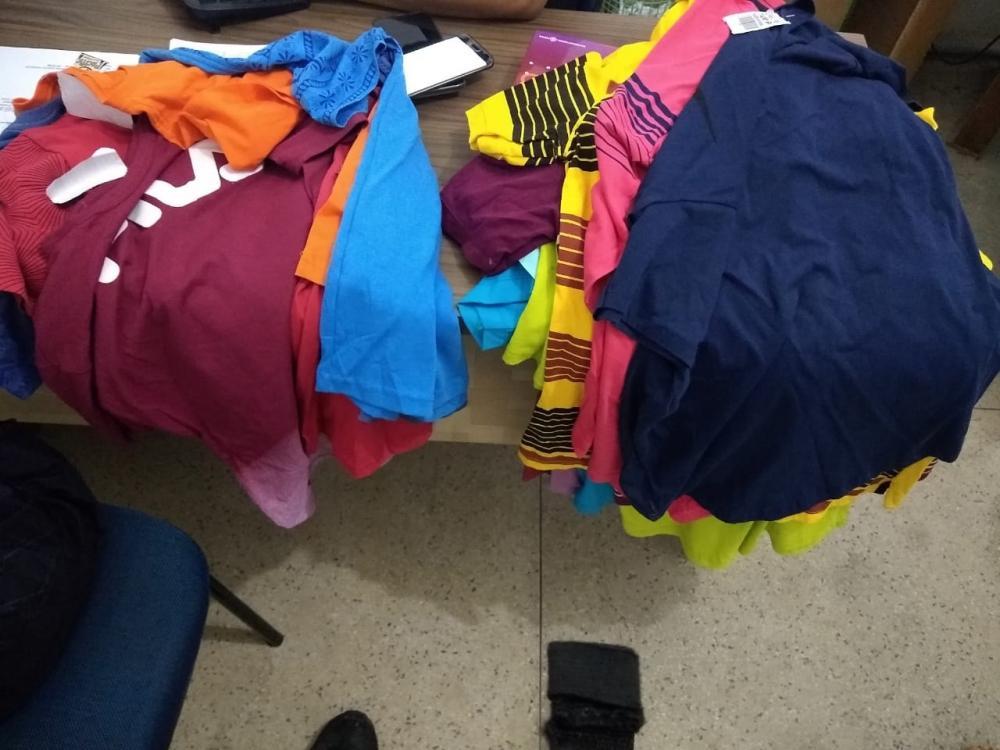 Camisas apreendidas (Imagem: Divulgação/Força Tática)